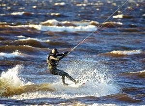 I kitesurfing krävs starka ben och magmuskler.