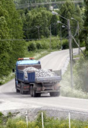 Lastbilarna går i skytteltrafik genom Gudmundsbyn i sommar.