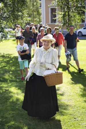 Anna Johansson aka Emma Wollenhaupt guidar ett tjugotal gäster i blandade åldrar genom Östersund.
