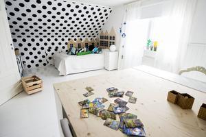 Pysselbordet och sänggaveln i sonen Felix rum har Linda Kristmansson gjort själv,