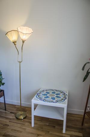 Ännu ett mosaikbord av Margareta och de egenfixade lampskärmarna.