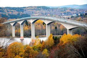 Inte bara bron utan nu ska trafikproblemen på hela Alnö utredas innan flera planprocesser kan fortsätta.