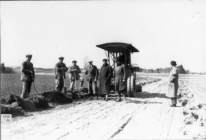 Ett foto från 1930 och TT-banan östra del. Fjärde man fr vänster är Martin Strömberg och t v om honom står Harry Larsson och längst till höger står Bernhard Carlsson.