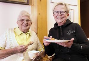 Solveig Adolfsson och Margareta Larsson tog för sig av sambusas och lammgryta.