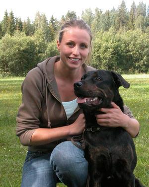 Erika Wilkensson med hunden Lissi tävlade i lydnad för första gången. Foto:Erika Hällberg
