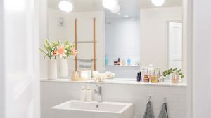 En stor spegel med bra belysning gör att flera familjemedlemmar kan göra sig i ordning samtidigt.