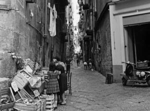 Frukt- och grönsaksförsäljningen i en gränd i Neapel skulle kunna vara hämtad ur Elena Ferrantes första bok om Elena och Lila,
