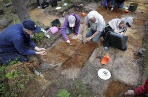 gamla fynd. Utgrävningen i Järbo har pågått under två veckor. Bosättningen som har hittats kan vara den äldsta som hittats i Mellansverige där man har gjort samma fynd som har gjorts vid utgrävningar längs norska västkusten och i Finland och i Danmark.