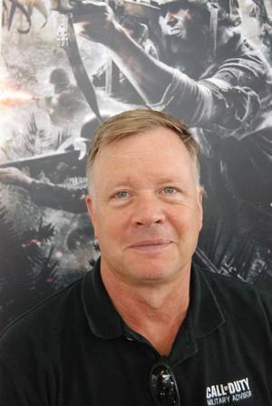 """Hank Kiersey började sin militära karriär 1976 som fallskärmsjägare och har arbetat både som lärare på West Point och livvakt i Irak. Numera är han militär rådgivare till spelutvecklarna bakom Call of Duty. """"Det är min uppgift att få spelkänslan att ligga så nära verkligheten som möjligt"""", säger han.Flygstriderna över Stilla havet är spektakulära, särskilt som japanska kamikazepiloter deltar i striderna."""
