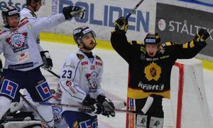 Skellefteås Erik Forssell jublar och Linköpings Niklas Persson deppar vid 3–2-målet som blev slutresultatet i Skellefteå Kraft Arena i går kväll.