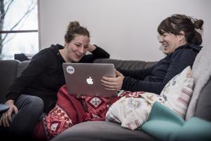 Lina Flitig är en av ledarna på lägret och jobbar själv med programmering. Julia Krantz är nybörjare när det gäller kodning. Hon jobbar med design inom IT-branschen.