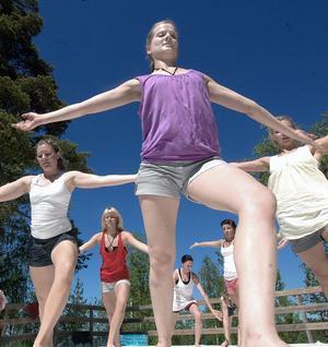 De här dansande flickorna från Södra Latin i Stockholm framförde ett dansnummer de kallade för O2.