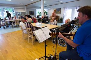 Pubkvällar anordnas på försök på Björkängen i Norberg med bar och musikunderhållning för de boende. Winnie Preuss stod för musiken igår.