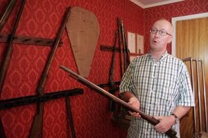 Sven-Åke Jacobson har lovat en kompis att hålla utkik efter bössor till kompisens pappa. Ivar Broberg hade tolv gamla bössor.