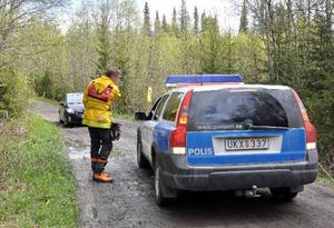 Det var trångt och otillgängligt kring olycksplatsen. Här dirigeras polisen rätt av räddningsledare Erik Willners från Åre räddningstjänst.