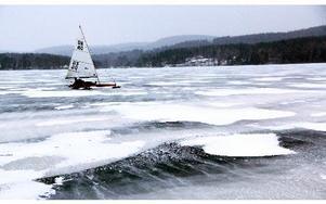 Lätt snö drev över isvidderna på Väsman, utanför Ludvika, när de två veteranerna i lokala isseglingssällskapet testade dubbel-isjakten – i upp till 50-60 kilometer/timmen...FOTO BOO ERICSSON