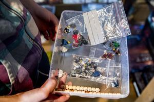 I Emmas legorum finns välsorterade lådor med lego av olika slag.