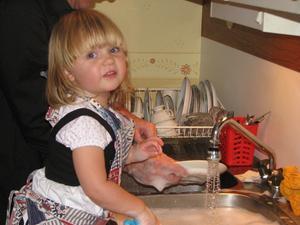 Lilla Maja hjälper till med disken hos farmor i Borlänge. Foto: Mats-Dage Eriksson