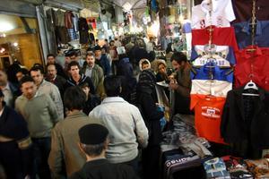 Gatuliv i Tehran; människor trängs i basarerna för att förbereda det persiska nyåret.