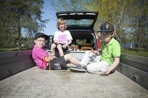 Elias Eriksson, Simon Morin, Martin Trosell och Lars Englund, alla 9 år, tog det lugnt i solen.