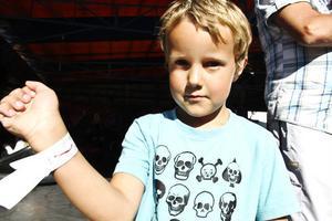 Albin Gustavsson, 5 år från Söderala trivdes som fisken i vattnet på tivolit.