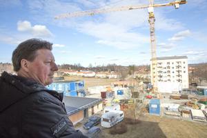 Ännu så länge är höghusbygget bara i sin linda. Men trots att första inflyttning dröjer till 1 juli nästa år så har redan runt 60 personer anmält intresse för bostad i nybygget, berättar Ingemar Hellström.