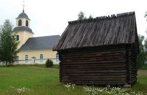 Boddas bönhus står i dag intill Bodsjö kyrka. Taket på bönhuset, en av länets främsta kulturminnesbyggnader är helt sönderruttnat. Huset skyddas dock av ett lager näver.Foto: Ingvar Ericsson