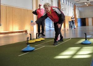 Svenske mästaren i mattcurlig Siw Engwall från Borlänge har dominerat damsidan inom sporten de senaste åren. Något som renderat henne hela fyra SM-guld. Här ser vi henne under ett träningspass i Forssaklackskolan. I bakgrunden står Anders Broman.