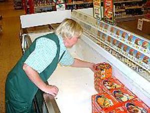 Foto: Johan Pihlblad Förstörda matvaror. Solweig Lööw på Konsum City fyller på de tomma frysdiskarna. På onsdagsmorgonen var det 27 grader varmt i butiken.