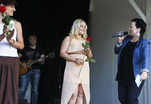 Klara Hammarström går vidare till finalen i årets talangtävling. Jamina Jansson och Andreas Engwall gratulerar.
