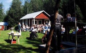 Framför husen berättade Ebbe Olsson inför en intresserad och stor publik om hur det var att leva i Tannsjön.                                                                                              Foto: Privat