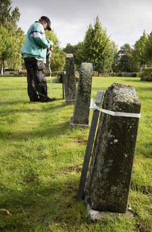 Hittills har 130 gravstenar försetts med ett tillfälligt stöd.