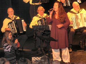 Lena Blom är Jularbo Gilles sångerska. Hon gjorde sitt 28:e år i rad på Jularbodagen.