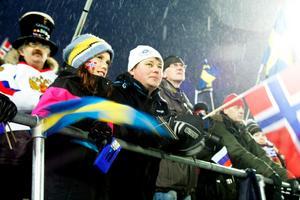 Tioåriga Bente Skåle från Lugnvik hade norska flaggan målad på sin högra kind och svenska flaggan på den vänstra. Hennes pappa Jan-Erik Skåle kommer från Norge. Mamman Malin Nilsson är svenska och fanns längre upp på läktaren.