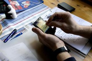 I handdatorn finns Boverkets program, med femton sidor standardformulär. Databearbetningen sker hos Boverket.