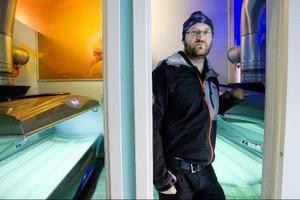 Det kyliga vädret utomhus leder till problem för solarieägaren Tony Svensson när missbrukare använder lokalerna som värmestugor.