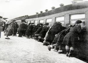 De första krigsåren fick mammorna vinka av barnen på stationen. Men det var så många mammor som ångrade sig och tog tillbaka sina barn. Då ändrades rutinerna så att barnen blev hämtade av lottor i stället.