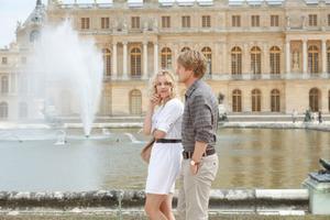 Kär och galen i Paris. Rachel McAdams och Owen Wilson spelar turistande kärlekspar i en förtrollande Woody Allen-komedi som går upp i Sandviken i helgen. Men hallå, Gävle då?