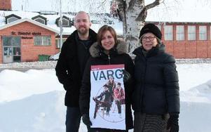 """Jonas Ahlin, Josefina Andersson och Ann-Kathrin Ekström är några av dem som står bakom arrangemanget av pjäsen """"Varg"""" i Stora Skedvi. Foto: Sylvia Kjellberg"""
