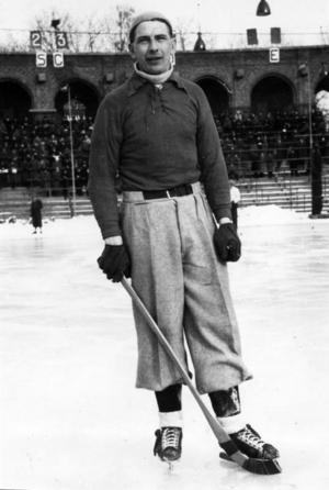 STÅLMAN. Einar Ask från Harnäs, Forsbacka och Sandviken räknas som en av tidernas bästa bandyspelare. Han blev svensk mästare med SAIK två gånger. Den här bilden är tagen på Stockholms stadion 1947. Ur Arbetarbladets arkiv.