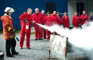 Abbe Ronsten (S) med brandsläckare den 24 augusti 2011. Ledamöterna i räddningstjänsten Dala Mitts direktion brandövade i Bysjön i Borlänge.