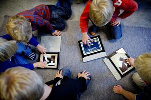 Långa stunder framför läsplattan i kombination med lite dagsljus ökar risken för närsynthet. Allra störst är risken för de minsta barnen.