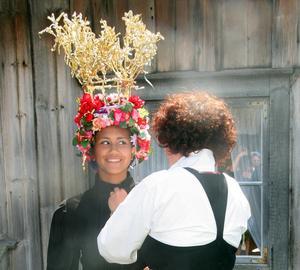 Arkivbild från dräktstämma på Karlsgården 2009, ytterligare ett exempel på hur folkdräkten formas i samklang med tiden. Foto: Anna-Britta Bergman.