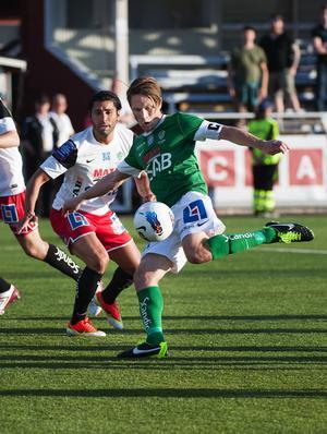 Kanske fick Assyriskas val av matchställ Andi Toompuu att se rött, för han inledde starkt offensivt och gjorde ett viktigt mål i 32:a minuten.