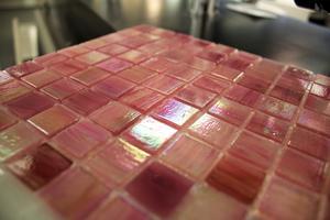Rosamelerad glasmosaik från Mosaic Sweden. 2895 kronor kvadretmetern.