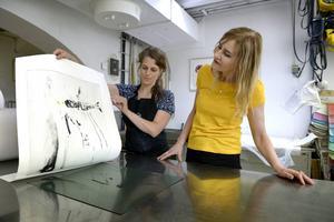 Helene Billgren har haft hjälp av tryckaren Jenny Olsson med sina grafiska blad.    Foto: Janerik Henriksson/TT