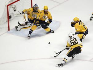 Carl Hagelin med en chans för Pittsburgh, Nashvilles Ryan Ellis och Calle Järnkrok försvarar målet med Pekka Rinne.
