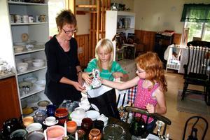 Loppisaffärer. Barnen Maja och Moa hjälper mamma Karin att packa in saker som de säljer på sitt flyttloppis.