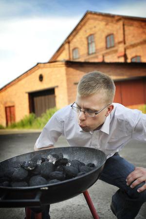 Stefan Antonsson, vd på Skogens Kol, kan konsten att tända en grill.