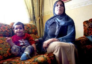 Ali 1,5 år sitter tillsammans med mamma Jinan som kanske kan försöka studera eller börja jobba lite när pojkarna får börja på dagis. Nu är hon hemma eftersom Hassan Hussein inte klarar av att ta hand om barnen ensam.